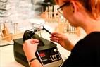 Small misterspex einsetzen der glaeser in der optikerwerkstatt 863x575